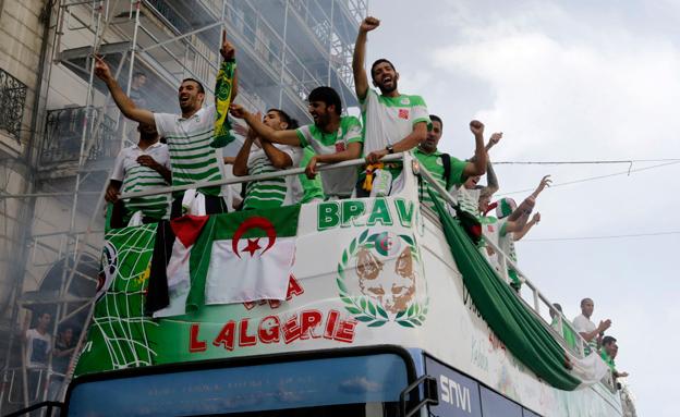 שחקני אלג'יריה - גיבורי אפריקה והעולם הערבי (צילום: רויטרס)