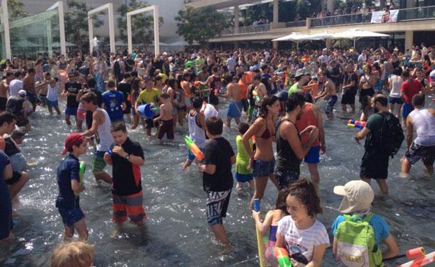 צפו: מלחמת מים המונית בתל אביב (צילום: גיא שפירא, חדשות 2)