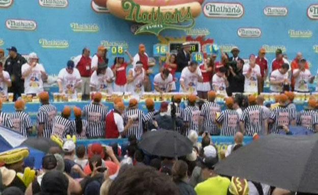 תחרות אכילת נקניקיות בארצות הברית (צילום: ap)