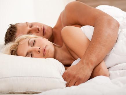 זוג עירום ישן במיטה