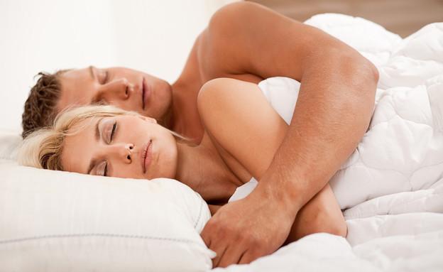 זוג עירום ישן במיטה (צילום: אימג'בנק / Thinkstock)