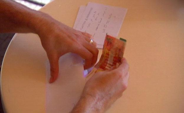 הכירו את האיש שמחלק מעטפות כסף (צילום: חדשות 2)