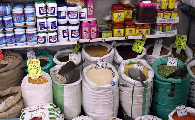שקי תבלינים בשוק (צילום: עודד קרני)