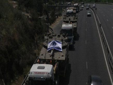 צפו: שיירת מובילי טנקים בכביש 1
