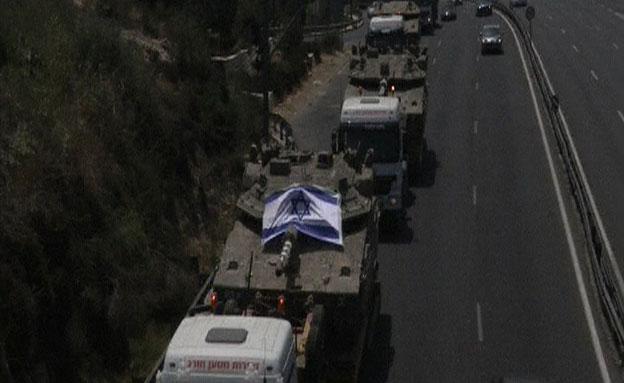 צפו: שיירת מובילי טנקים בכביש 1 (צילום: AP)