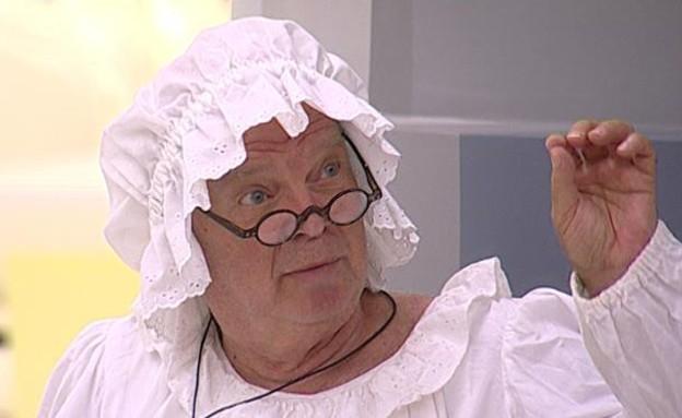 מנחם הוא הסבתא של כיפה אדומה במשימת האחגדות (תמונת AVI: אורטל דהן)