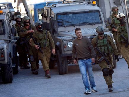 מעצר חשודים בחברון, ארכיון (צילום: AP)