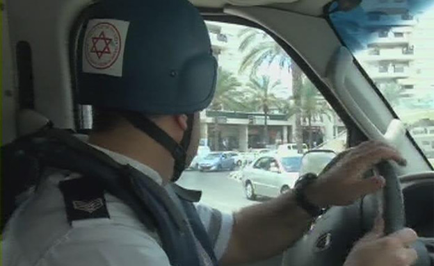 """צפו: צוות מד""""א בין אזעקה לרקטה (צילום: חדשות 2)"""