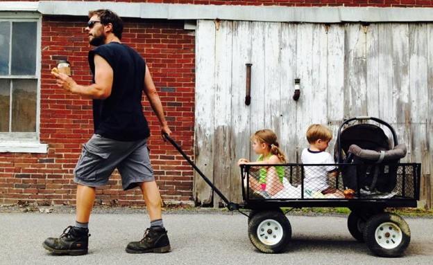 אב השנה סוחב עגלה (צילום: babble.com, צילום מסך)
