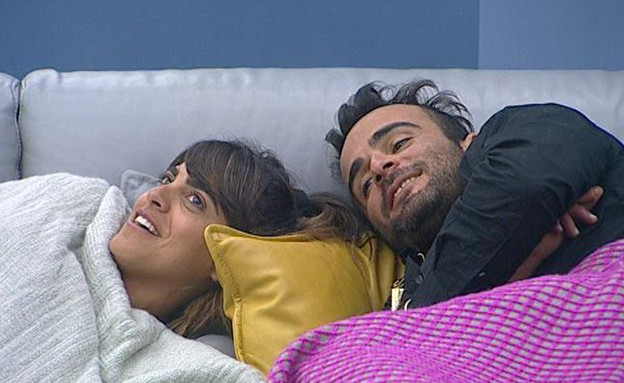 נופר ואליאב שוכבים בסלון (תמונת AVI: אורטל דהן)