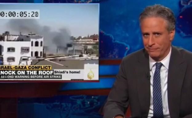 """ג'ון סטיוארט צוחק על """"צוק איתן"""" (צילום: צילום מסך מתוך youtube)"""