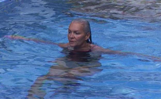 מרטין בבריכה (תמונת AVI: אורטל דהן, שידורי קשת)