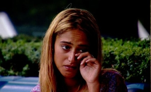 דנית בוכה מהשיר שמתנגן בבית (תמונת AVI: אורטל דהן, שידורי קשת)