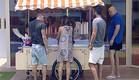 הדיירים מסביב לדוכן הגלידה (תמונת AVI: אורטל דהן, שידורי קשת)