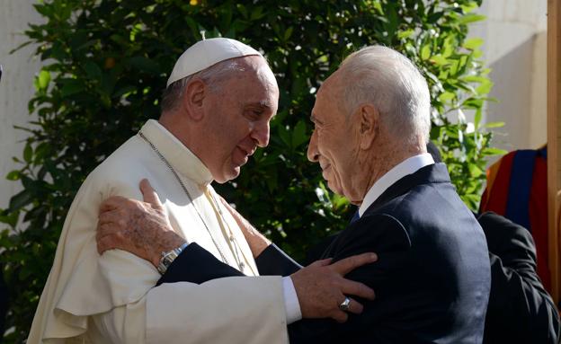 """בחוד ההסברה הבינלאומי. פרס והאפיפיור (צילום: חיים צח, לע""""מ)"""