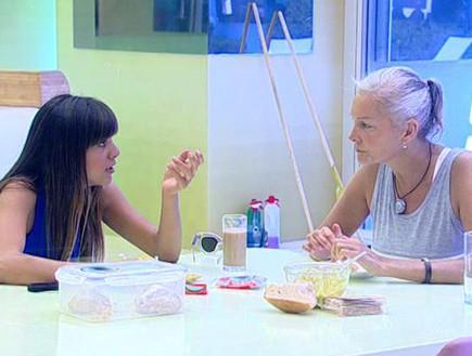מרטין ונופר בשיחה מסביב לשולחן האוכל (תמונת AVI: אורטל דהן, שידורי קשת)
