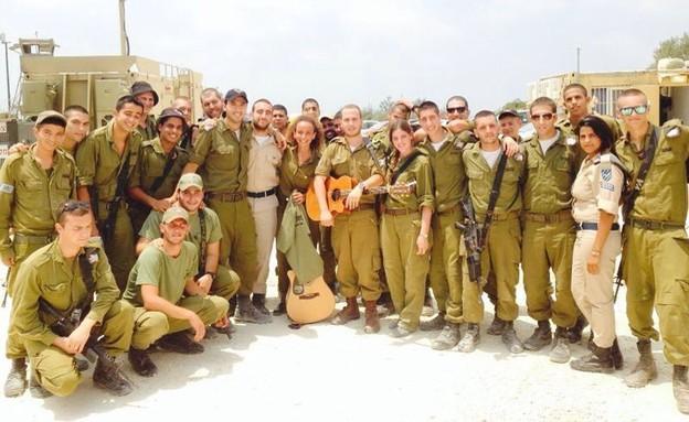יובל דיין עם חיילים (צילום: באדיבות עופר מנחם תקשורת ויחסי ציבור)