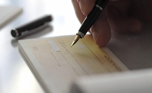 חתימה על צ'קים (צילום: אימג'בנק / Thinkstock)