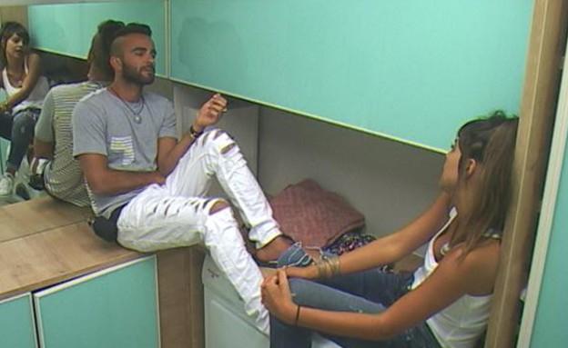 אליאב במכנסיים עם חורים (צילום: אורטל דהן)