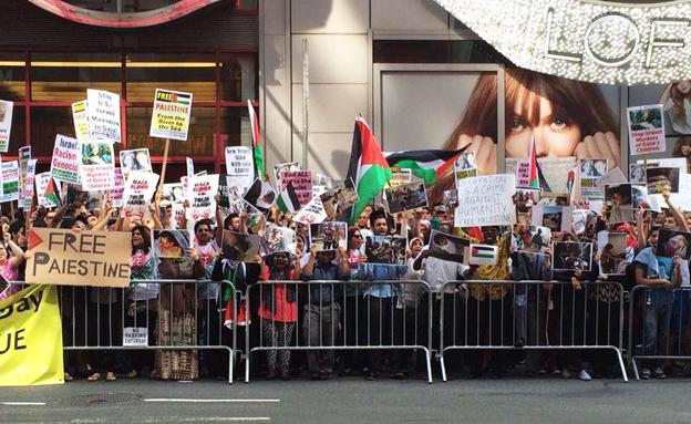 הפגנה נגד ישראל בלב ניו יורק, הלילה (צילום: גיא פרנקלין)