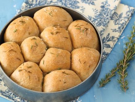 לחמניות חמאה ורוזמרין עם קמח מלא (צילום: חן שוקרון, אוכל טוב)