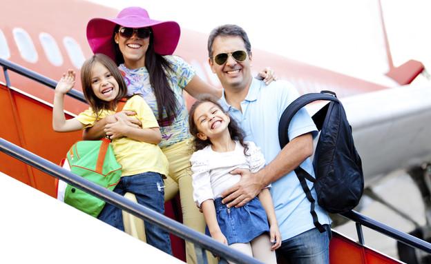 משפחה במדרגות של מטוס (צילום: אימג'בנק / Thinkstock)