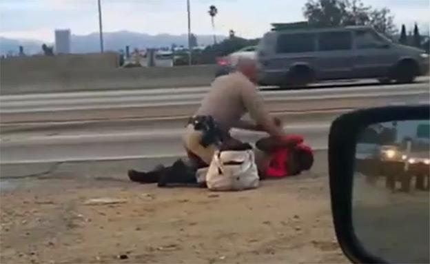 שוטר מכה אישה (צילום: חדשות 2)