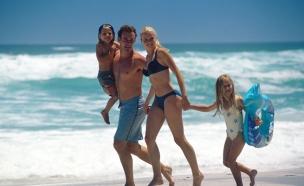 משפחה על חוף הים (צילום: jupiter images)