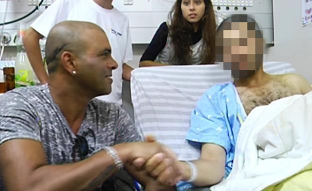 צפו: אייל גולן ולוחם פצוע בדואט (צילום: חדשות 2)