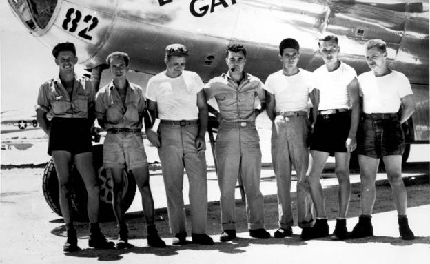 צוות אנולה גיי 1945 (צילום: AP)