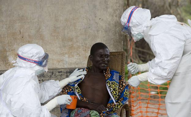 מטפלים בהתפרצות האבולה במערב אפריקה (צילום: ap)