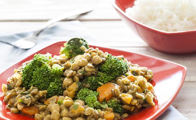 תבשיל עדשים ירוקות, כתומים, בצל וברוקולי (צילום: אסף אמברם, אוכל טוב)