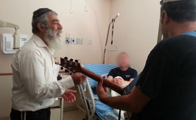 אריאל זילבר שר לחיילים פצועים (צילום: חדשות 2)