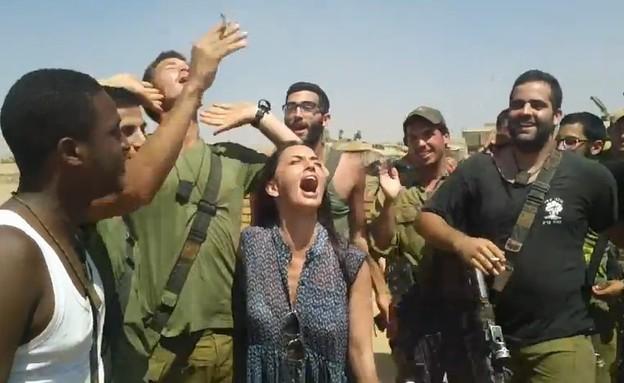 מאיה בוסקילה וחיילים (צילום: באדיבות עופר מנחם תקשורת ויחסי ציבור)