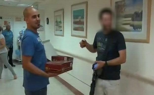 צפו: מחלקים מזון והרבה אהבה בבית החולים