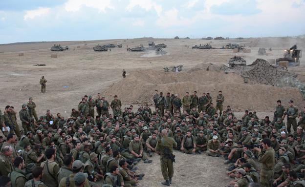 """לוחמי גולני בתדרוך בתחילת המבצע (צילום: דובר צה""""ל)"""