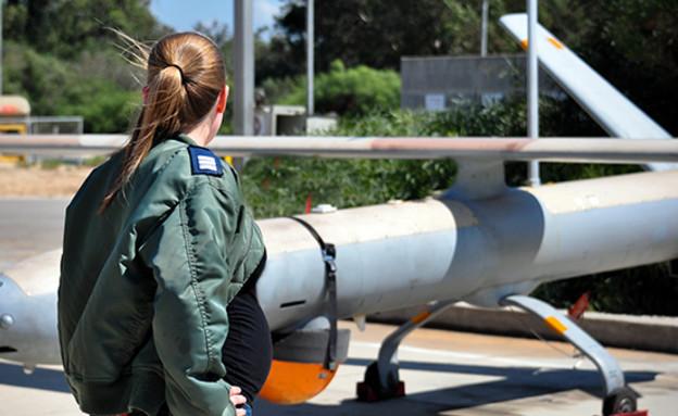 מפעילת מלטים בהריון (צילום: גיא אשש, אתר חיל האוויר)