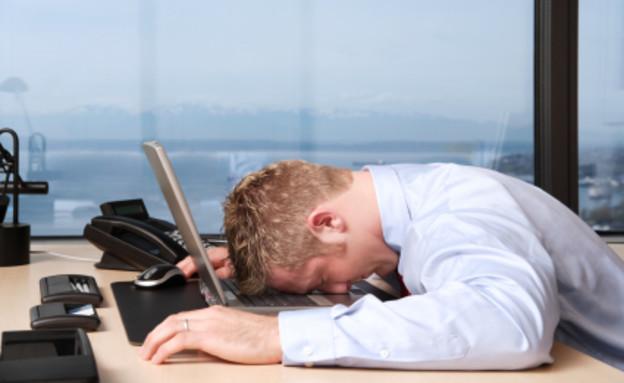 גבר מיואש במשרד (צילום: Justin Horrocks, Istock)