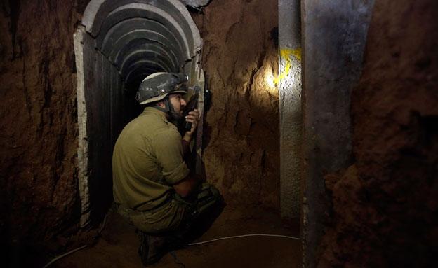 """""""ספגנו נפגעים במנהרות"""" (צילום: AP)"""