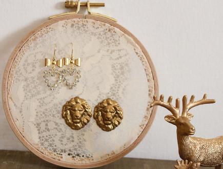 אחסון תכשיטים, 17 מסגרות רקמה כמתלה תכשיטים  (צילום: מירי פרקס)