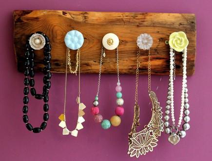 אחסון תכשיטים, מתלה בהתאמה אישית ובהכנה עצמית (צילום: לירון גונן)