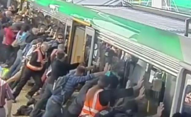 דוחפים רכבת (צילום: יוטיוב)