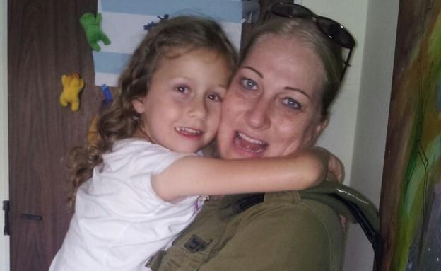 יהלי מקבלת את אמא עינת שחזרה מהשירות בדרום (צילום: אור בורוכוב, צילום ביתי)