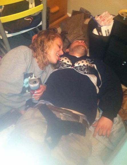 מצטלמות עם שיכורים (צילום: coed.com)