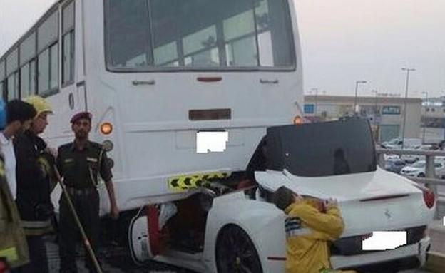 פרארי תאונה עם אוטובוס