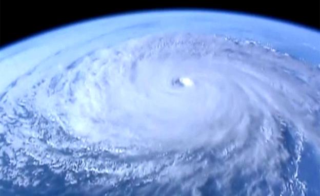 צפו: סופת הוריקן מתחנת החלל (צילום: יוטיוב)