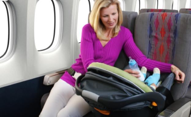 אם ותינוקת במטוס (צילום: Gene Chutka, Istock)