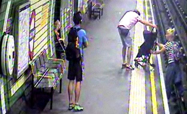 צפו: אם חילצה תינוק מפסי הרכבת (צילום: חדשות 2)