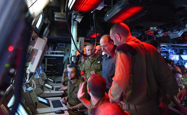 יעלון עם לוחמי חיל הים, היום (צילום: אריאל חרמוני, משרד הביטחון)