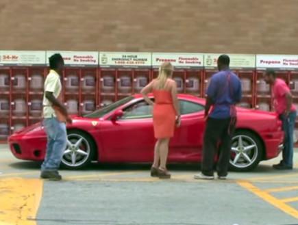 נשים גברים ומכוניות על